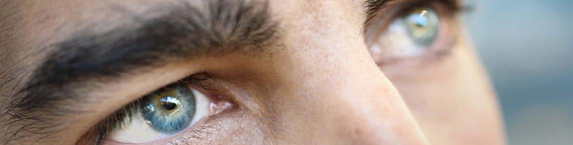 En ung man med blå ögon