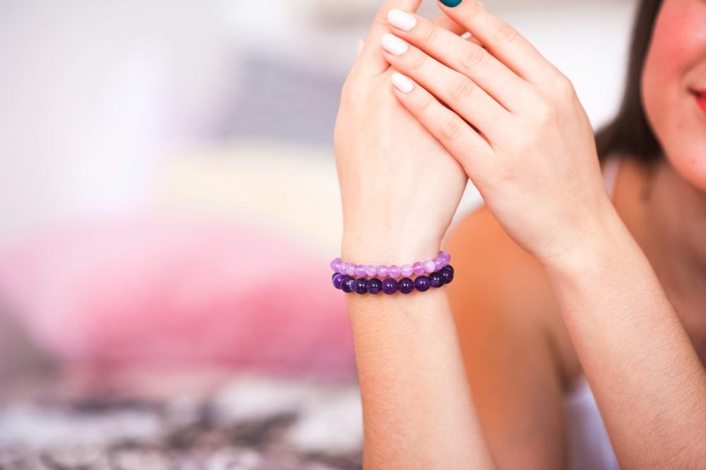 En kvinna visar sin hand med ett armband
