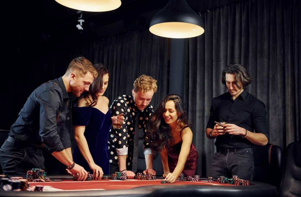 Människor står i casino och spelar