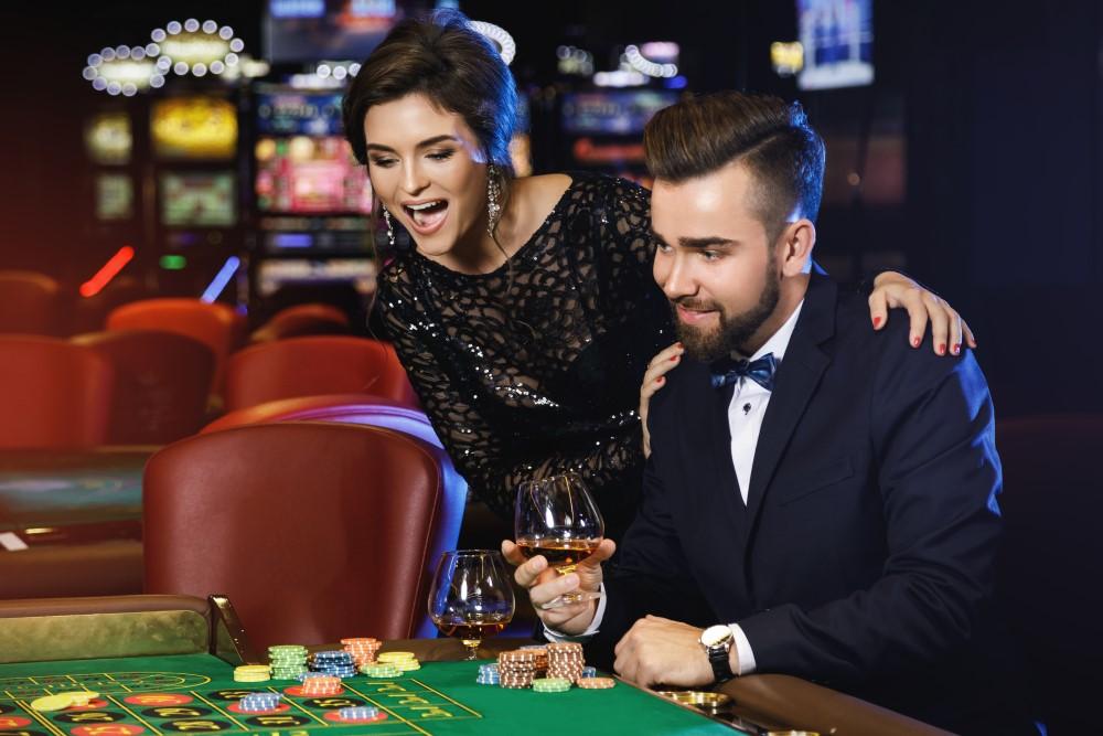 Vackert rikt par spelar i casino